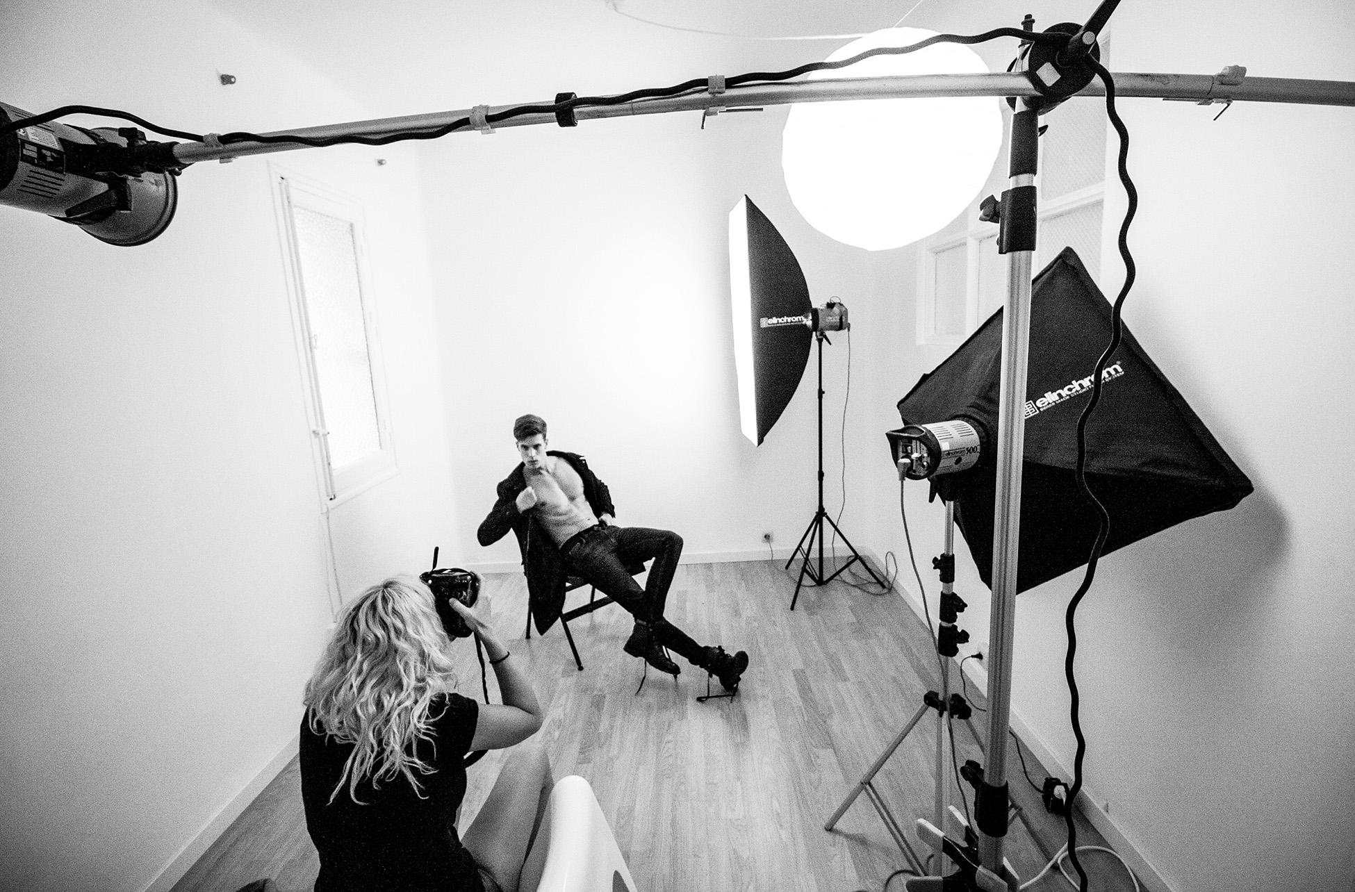 Lorena Riga fotografiando a modelo en su estudio de madrid