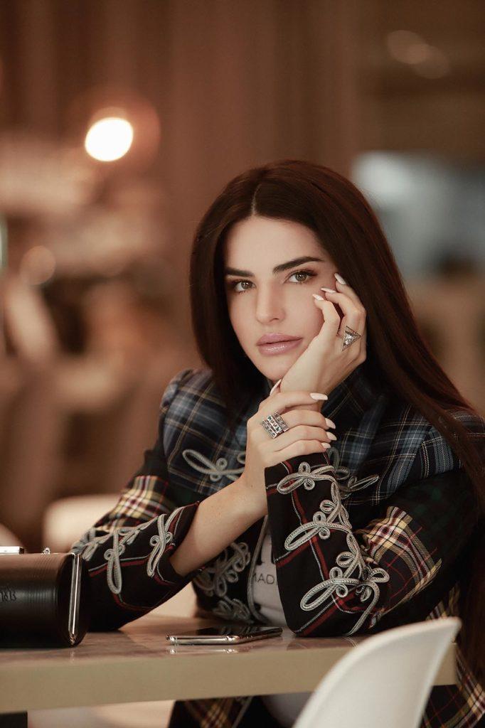 marta soriano viste chaqueta a cuadros con anillos en las manos